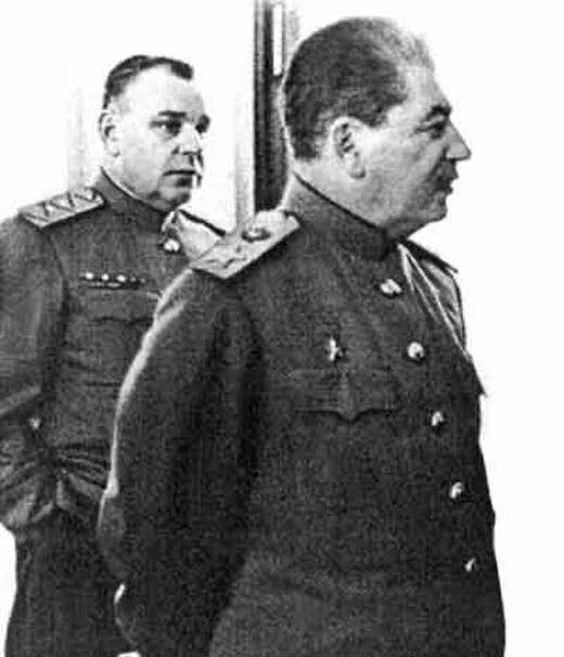 Власик за спиной Сталина